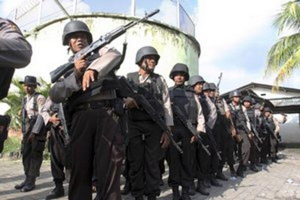 Armáda v areáli väznice.