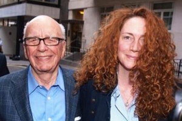 Mediálny magnát Rupert Murdoch v spoločnosti exriaditeľky spoločnosti News International Rebeky Brooksovej.