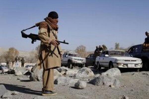 Bojovník Talibanu hliadkuje na kontrolnom stanovišti v afganskej provincii Nangarhar.