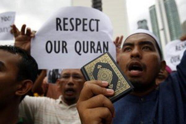 Protesty sa preniesli aj do iných krajín. Na snímke sú demonštranti v Kuala Lumpur.