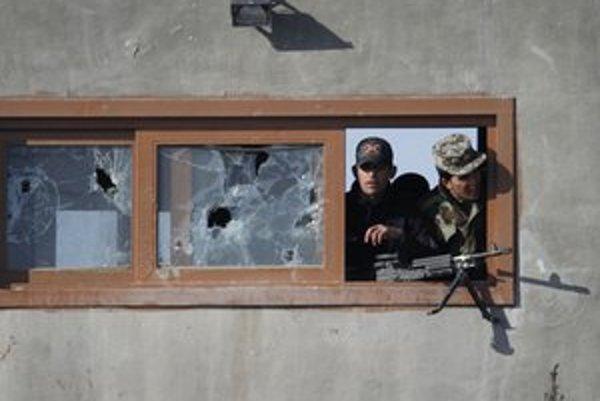 Afagnskí vojaci v okne strážnej veže.