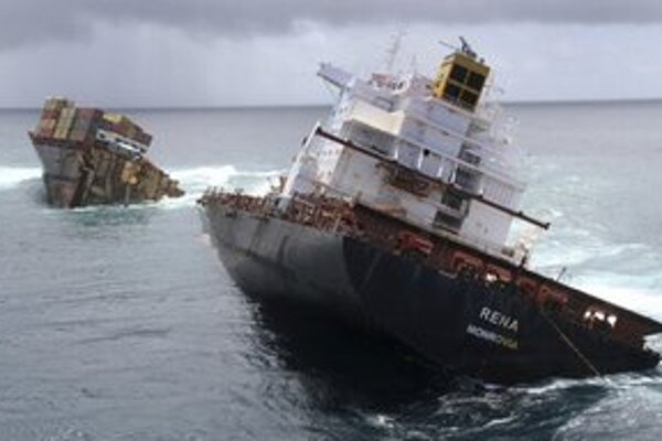 Na archívnej snímke z 9. januára 2012 nákladná loď Rena prelomená na dve časti.