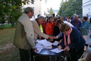 Na zhromaždení sa podpisovala aj petícia za zachovanie zelene vcentre avjeho širšom okolí.