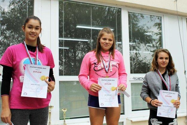 Najlepšie staršie žiačky v hode kriketovou loptičkou - zľava Radka Šalatová, víťazka Nina Pintérová a Michaela Kováčiková.