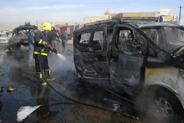 Zhorené auto po nedávnom bombovom útoku v Kirkúku.