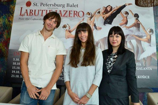 Sólisti petrohradského baletného súboru - manželský pár  Anna a Alexander Voytinovci (vľavo) - sa uplynulý týždeň predstavili slovenským médiám.