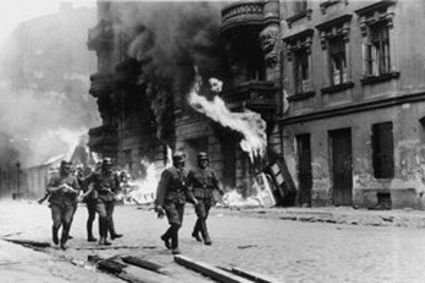 Záber z varšavského povstania v roku 1943.