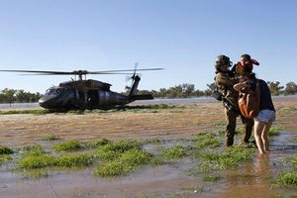Evakuácia rodiny zo zaplaveného vidieka.