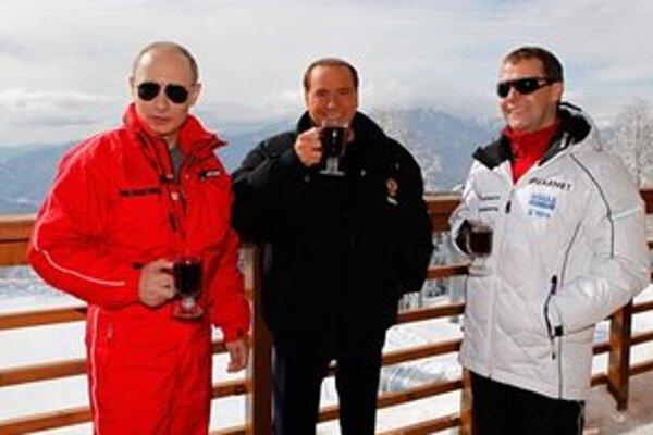 Putin, Berlusconi a Medvedev v zimnom stredisku.