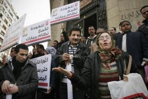Egypťania si vyberajú zástupcov do dolnej komory parlamentu.
