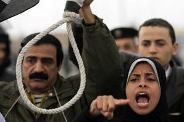 Demonštranti pred súdom v Káhire.