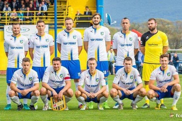Základná jedenástka Hrušovian pred zápasom s Dunajskou Stredou.
