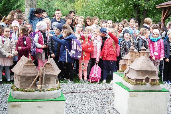 Okolie školy spestrili miniatúry zaujímavých stavieb.