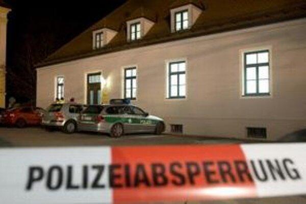 olicajné vozidlá stoja  pred súdnou budovou v juhonemeckom Dachau, kde  obžalovaný 54-ročný muž zastrelil prokurátora.