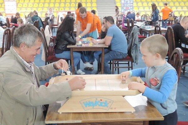 Za hracími stolmi sa zišli všetky generácie.