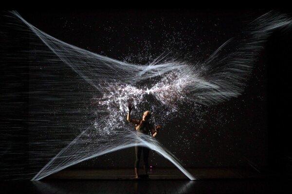 Zvláštnou krajinou svetiel sa bude pohybovať tanečnica v predstavení skupiny fuse.