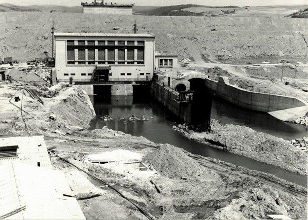 Pohľad na rozostavanú priehradu s vodnou elektrárňou v popredí (august 1966)