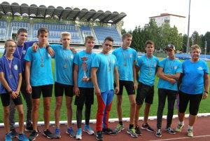 Úspešná zostava zvolenských atlétov aj s trénerkou Sokolíkovou
