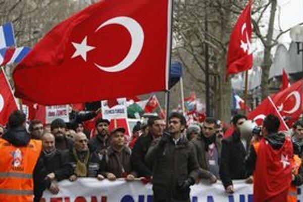 Turci demonštrujú aj v Paríži.