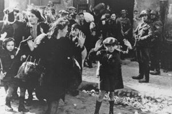 Preprava židov z varšavského geta na archívnej snímke z roku 1943.