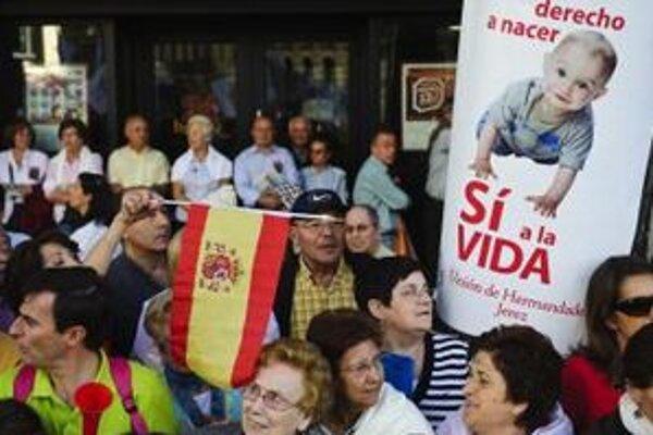 Niektorí Španieli v roku 2010 protestovali proti liberálnym zmenám.