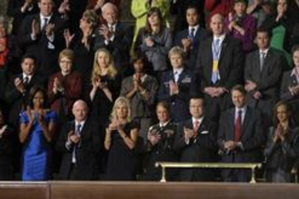 Sekretárka Warrena Buffeta (v červenom) sedela v Kongrese hneď za prvou dámou Michelle Obamovou.
