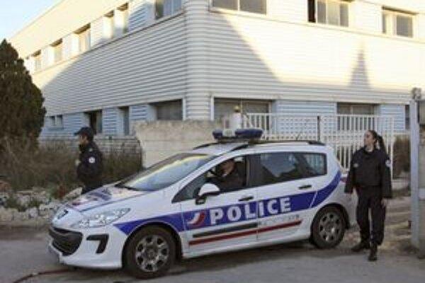 Policajné auto pred sídlom firmy PIP.