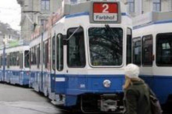 Električky stoja v Zürichu počas veľkého výpadku v dodávke elektrickej energie.