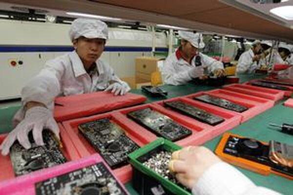 Obrovské továrne premenili Čínu na najväčšiu výrobnú linku súčasnosti. Pri pásoch pracujú milióny ľudí.