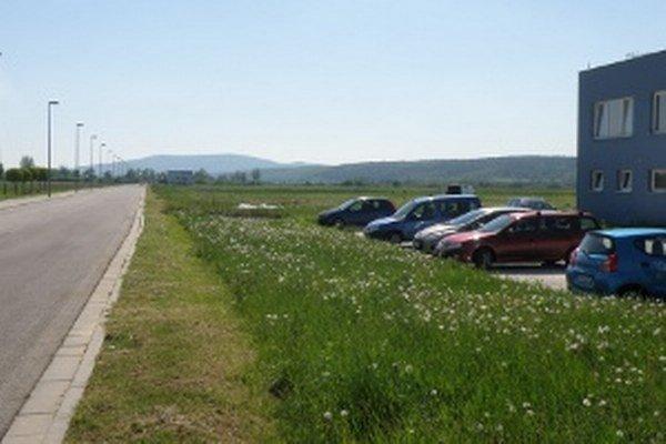 Na viacerých plochách, na ktorých sa teraz v priemyselnom parku ešte zelená tráva, bude nový závod.