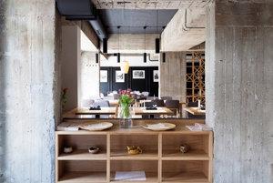 Kategória: Interiér, Čínska reštaurácia Jasmin na Židovskej ulici, Bratislava, Architekti sa snažili podčiarknuť citlivosť miesta a vyjadriť integráciu jednej čínskej rodiny do slovenskej komunity.