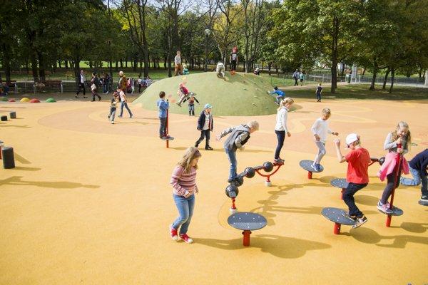 Detskí návštevníci počas otvorenia nového športoviska pre všetky vekové kategórie s názvom Jama, ktoré sa nachádza v Petržalke.