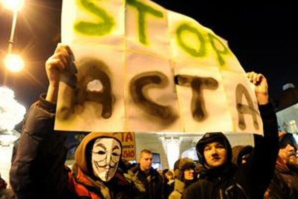 Demonštranti proti dohode ACTA vo Varšave.