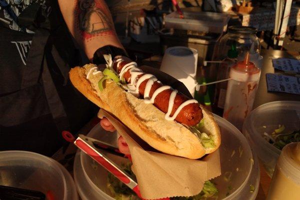 Verná napodobenina. Mäso by ste v tomto hotdogu hľadali márne.