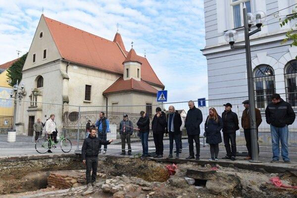 Na snímke archeológ Erik Hrnčiarik (vľavo dole) predstavuje odkrytú Dolnú bránu  počas kontrolného dňa po ukončení archeologického výskumu na Hlavnej ulici v Trnave v pondelok 7. novembra 2016.