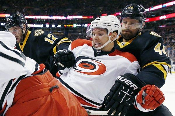 Prevažnú časť kariéry v NHL odohral Zach Boychuk (v strede) v drese Caroliny Hurricanes.