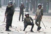 Egyptskí policajti počas zásahu.