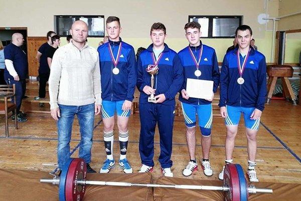 Zľava: tréner Miroslav Škrobian, Vladimír Macura, Matej Adámek, Marek Krištof, Marián Poláček.