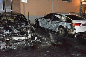 Obe obhorené autá.