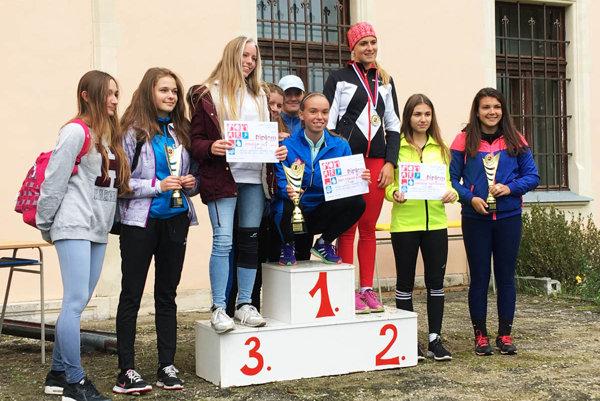 Na majstrovstvách kraja vyhrali súťaž družstiev SŠ dievčatá zo Športového gymnázia v Nitre. Medzi jednotlivkyňami bola prvá Kristína Majzlíková (v modrej bunde v pokľaku s pohárom).