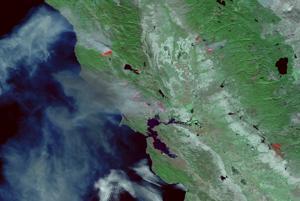 Záber vďaka falošným farbám zvýrazňuje horúce miesta, kde je požiar.