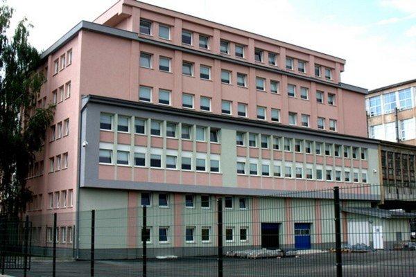 Hnedý priemyselný park. Jedna budova, štyri podlažia, tri výrobné haly, kapacita 14-tisíc metrov štvorcových.
