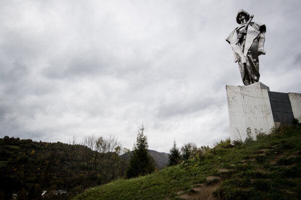 Socha Juraja Jánošíka, ktorá sa týči ponad Terchovú.