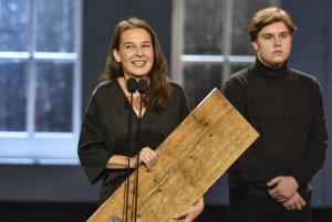 Lucia Korená si preberá Divadelné ocenenie sezóny DOSKY za najlepší ženský herecký výkon za postavu Anny Frankove.