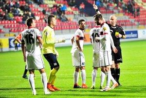 Futbalisti FC ViOn hrali v Ružomberku od 43. minúty bez vylúčeného Dobrotku.