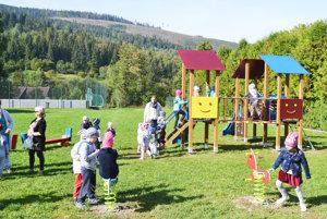 Škôlkari sú znového ihriska unesení. Na novej ploche, ďalej od cesty, je hranie aj bezpečnejšie.