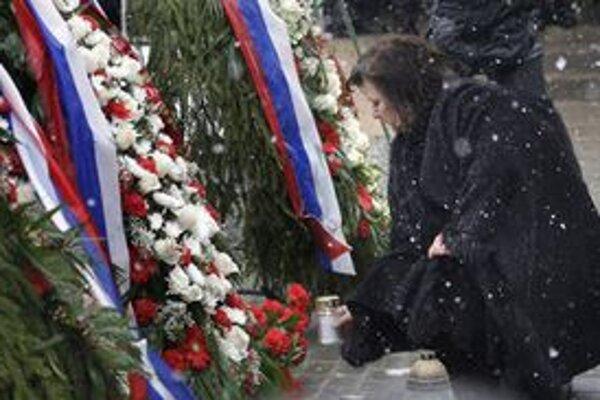 Žena poľského prezidenta Anna Komorowská kladie veniec na mieste nešťastia.