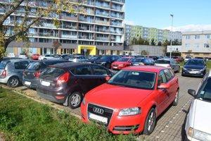 Parkovanie na Považskej. Časť parkoviska nahradí podľa plánov developera nový parkovací dom s troma podlažiami.