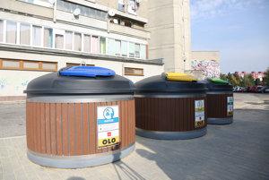 Pohľad na polopodzemné kontajnery v bratislavskej Vrakuni.