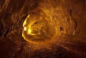 Pozemský lávový tunel vo Vulkanickom národnom parku na Havaji.